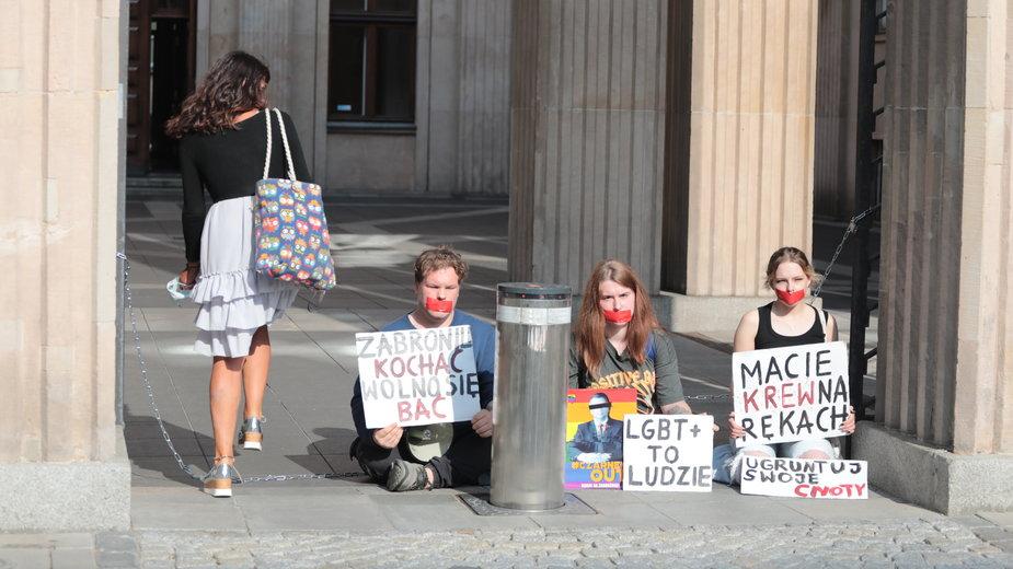 Aktywiści LGBT przed MEN