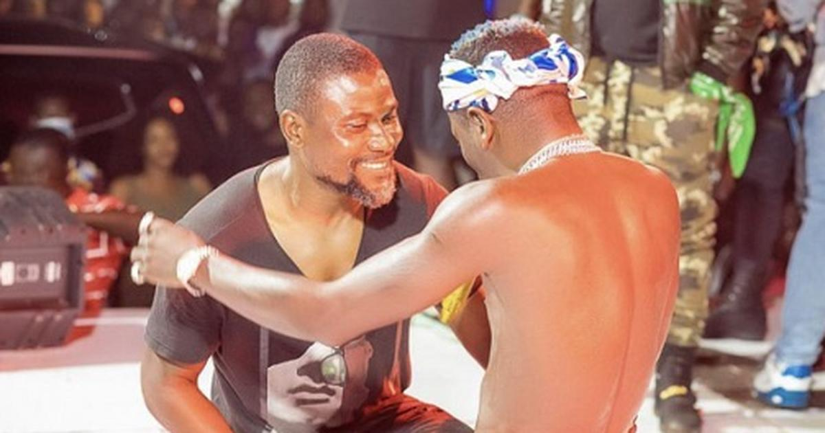 Photos: Laryea Kingston jams with Shatta Wale in massive street concert