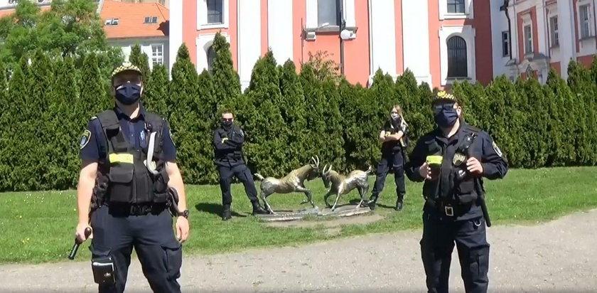 Poznań: strażnicy miejscy walczą z koronawirusem. Dołączyli do #hot16challenge