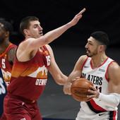 NIKOLA JOKIĆ JURIO SUDIJU PO TERENU! Puk'o mu film, pa krvavih ruku zaigrao kao u transu za istorijski NBA trijumf Denvera! /VIDEO/