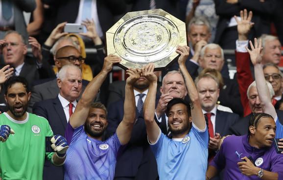 David Silva i Kun Aguero dižu trofej Premijer lige