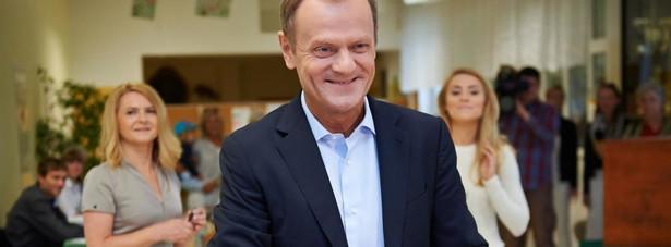 """W Sopocie swój głos oddał Donald Tusk. Premier pojawił się w lokalu wyborczym wraz z żoną i córką przed godziną 11:00. Szef rządu mówił dziennikarzom już po zagłosowaniu, że spodziewa się coraz większej roli internetu w wyborach, ale nie widzi w sieciowych zakazach nałożonych przez Państwową Komisję Wyborczą przyczyny niskiej frekwencji. """"Pójście do lokalu wyborczego to nie jest wielki wysiłek, to kwestia decyzji"""" - mówił Tusk."""