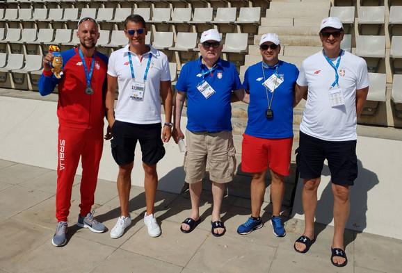 Marko Marjanović u društvu čelnika Olimpijskog komiteta Srbije predvođenih predsednikom Božidarom Maljkovićem ( na slici u sredini)