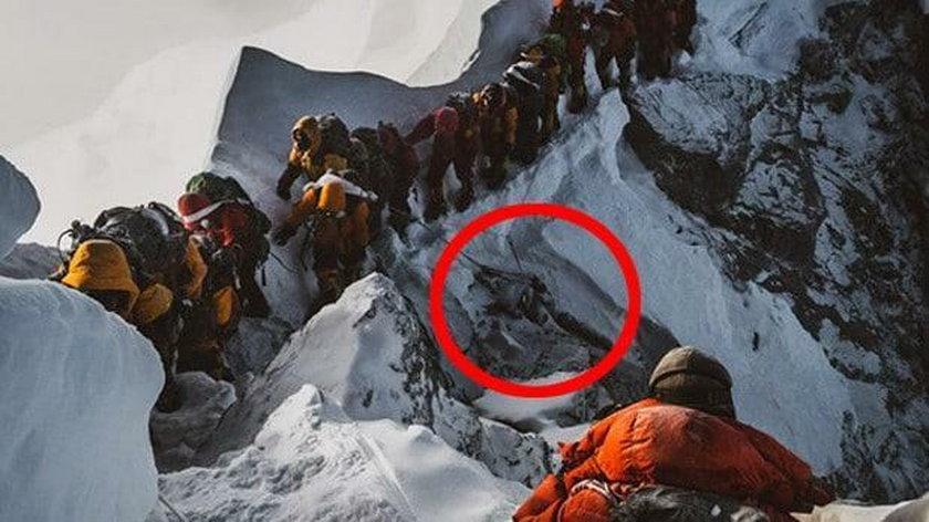 Makabryczny widok na Mount Everest. Zamarznięte zwłoki w kolejce na szczyt