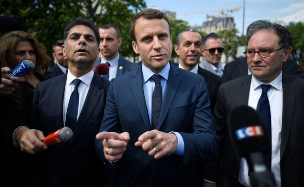 """Wielki dziennik regionalny """"Ouest France"""" określił wypowiedzi Macrona """"waleniem pięścią w stół""""."""
