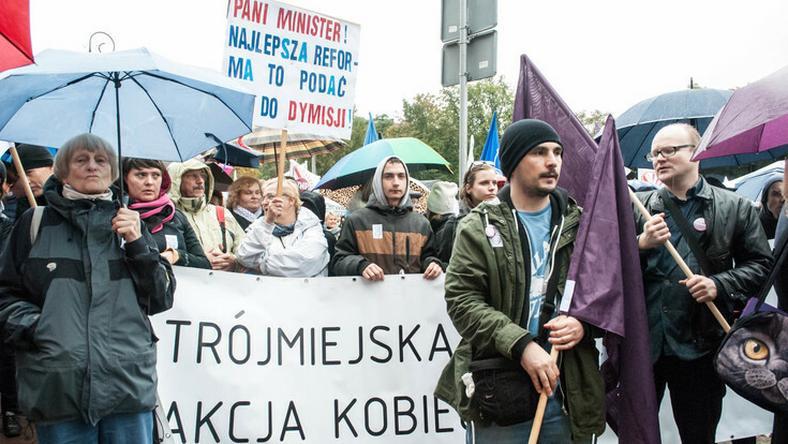 """Manifestację """"910 tysięcy - Żądamy referendum"""" popierają między innymi członkinie Trójmiejskiej Akcji Kobiecej"""