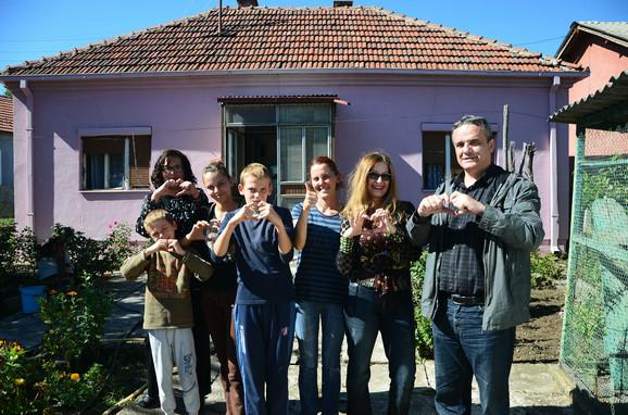Porodica Anđelković ispred novog doma i s prvom gošćom - glumicom Danicom Maksimović i urednikom