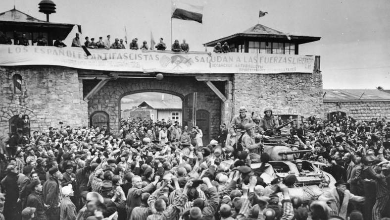Gorące powitanie żołnierzy amerykańskich przez wyzwolonych więźniów Mauthausen