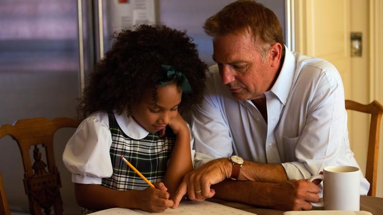 "Jillian Estell i Kevin Costner w filmie ""Black or White"""