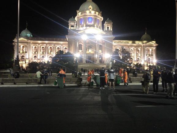 Čistači ispred Skupštine Srbije