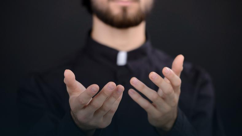 Dzieci księży nie mają łatwego życia, a ich stosunek do ojców bywa różny / Fot. VGstockstudio