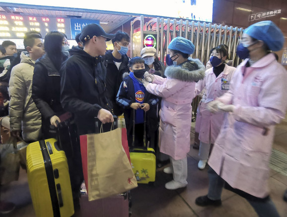 Merenje temperature ljudima na stanici u Nančangu