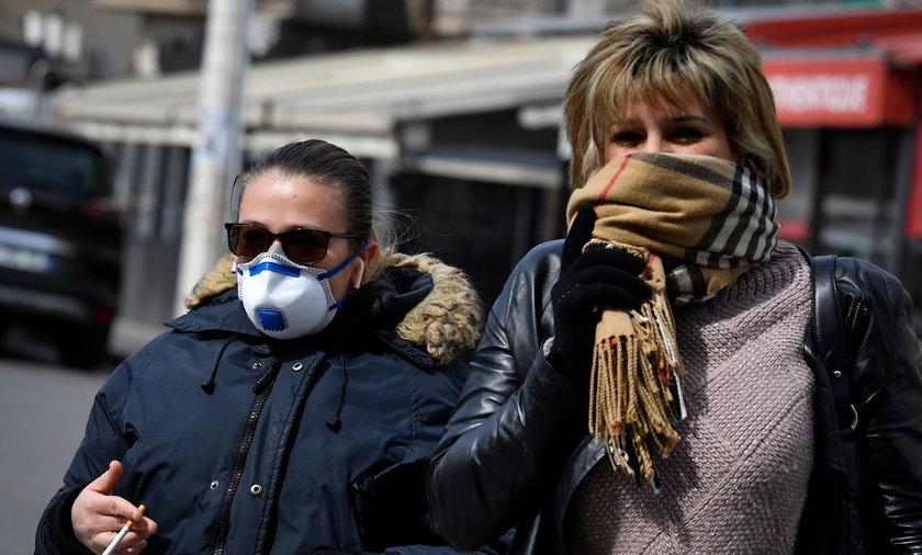Po lewej pani z prawidłowo założoną maseczką, która zakrywa usta i nos. Po prawej pani z zakrytymi ustami i nosem, ale szalikiem. Od soboty to nie wystarcza i grozi mandatem