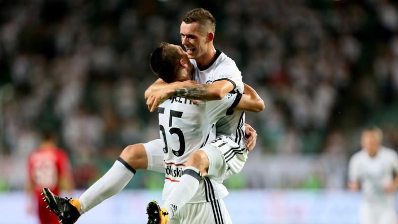 Piłkarz Legii Warszawa Krzysztof Mączyński (P) cieszy się z gola z Arturem Jędrzejczykiem (L)