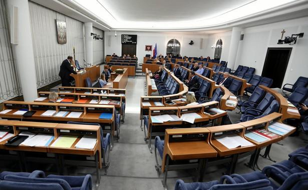 Nowelizację - bez wprowadzania poprawek - poparło 57 senatorów, przeciw było 26, nikt nie wstrzymał się od głosu.