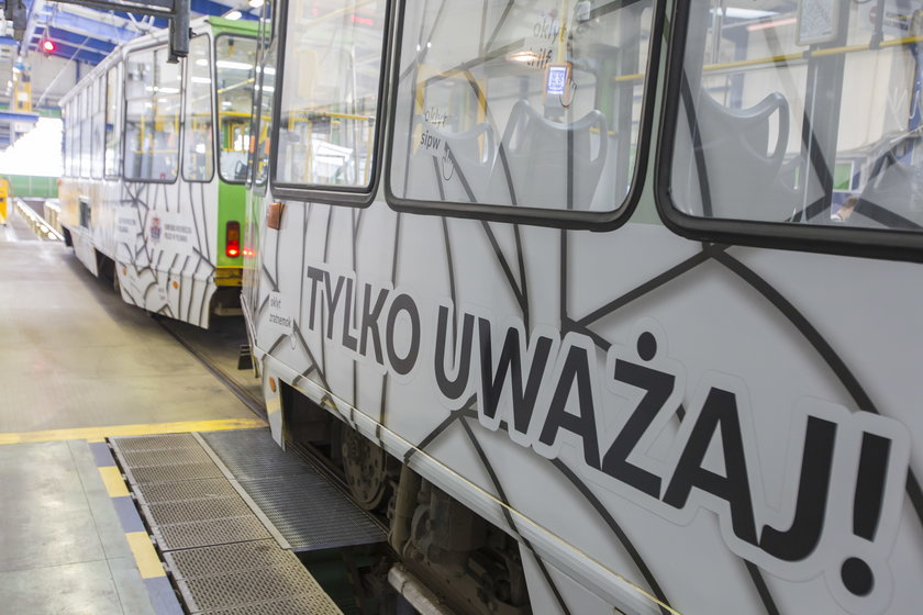 Specjalny tramwaj ostrzegający przed cyberprzemocą jeździ po Poznaniu