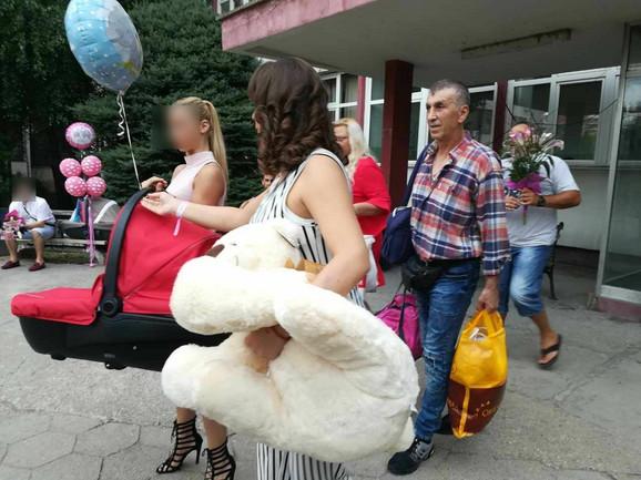 Miljana Kulić sa roditeljima i sestrom izlazi iz porodilišta