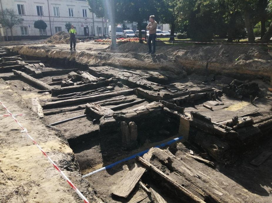 Pod asfaltem odkryto drewniane konstrukcje średniowiecznych jatek