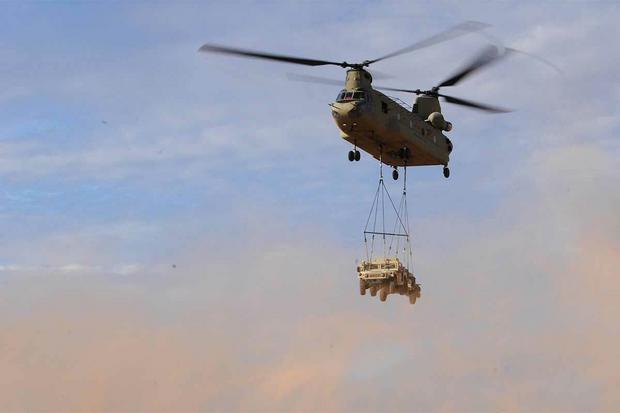 Dwuwirnikowy CH-47 Chinok może przewozić ładunek o masie niemal 11 ton