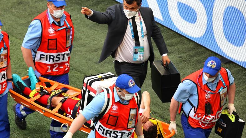Mario Fernandes znoszony z boiska podczas meczu Rosji z Finlandią