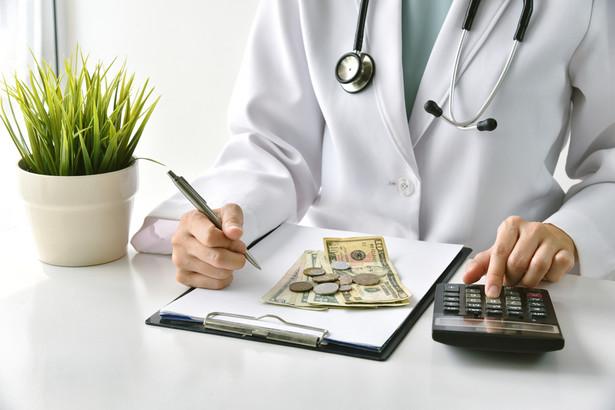 Propozycja rządu gwarantowała pensję minimalną dla lekarza lub lekarza dentysty z drugim stopniem specjalizacji lub z tytułem specjalisty na poziomie 6769 zł brutto
