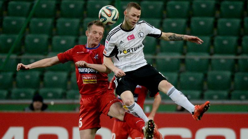 W wyskoku do górnej piłki Ondrej Duda (P) ze stołecznej Legii i Bartłomiej Konieczny (L) z Podbeskidzia Bielsko-Biała w meczu T-Mobile Ekstraklasy