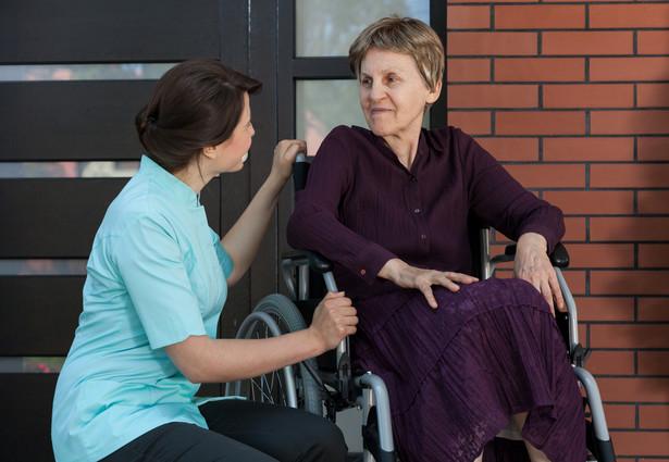 W Polsce brakuje systemu opieki nad osobami starszymi. Najczęściej rodziny są pozostawione same sobie
