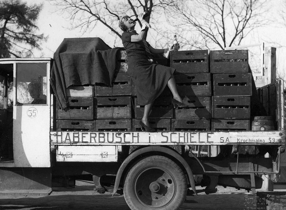 """Warszawa, maj 1933. Francuska aktorka rewiowa Jeanne Bourgeois Mistinguett, która przyjechała na gościnne występy, reklamuje firmę produkującą piwo """"Haberbusch i Schiele"""""""