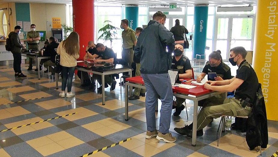 Strażnicy graniczni podczas jednej z kontroli na egzaminach dla cudzoziemców