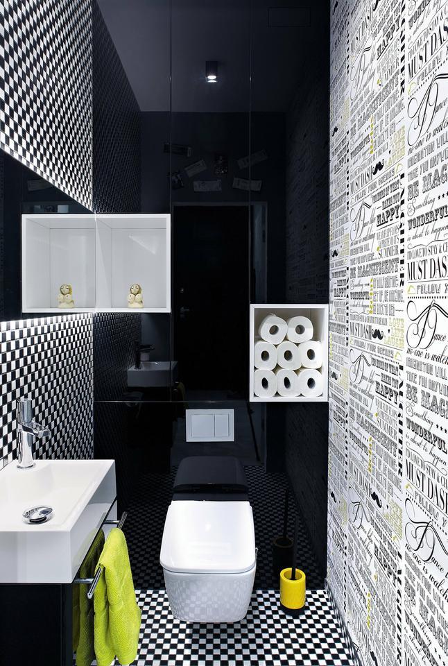 ŚCIANĘ I PODŁOGĘ w toalecie odważnie wykończono mozaiką w szachownicę (mosaic-eurostone.com).
