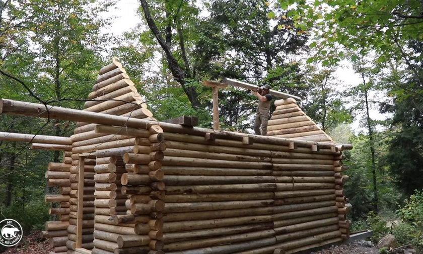 Sam zbudował dom z bali