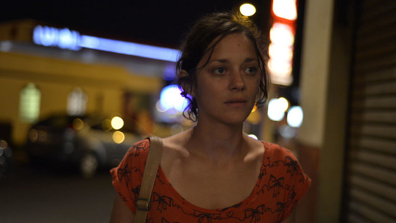 """O współpracę z Marion Cotillard zabiegali już natomiast sami reżyserzy, którzy zachwycili się jej grą we współprodukowanej przez siebie """"Kości i rdzy"""" Audiarda. Francuska gwiazda nie zawiodła swoich wielbicieli i za rolę prostej robotnicy z """"Dwóch dni…"""" otrzymała nominację do Oscara. Najnowszy film Dardenne'ów wzbudził także entuzjazm widzów festiwalu w Cannes, którzy zgotowali mu 15-minutową owację na stojąco. Belgowie nie zdobyli jednak kolejnej Złotej Palmy, a co więcej, zostali zupełnie pominięci w końcowym werdykcie. Porażkę przyjęli jednak z dystansem, a wywiadach żartowali ponoć, że """"tym razem nie mieli dostatecznie dużo pieniędzy, by przekupić członków jury"""""""