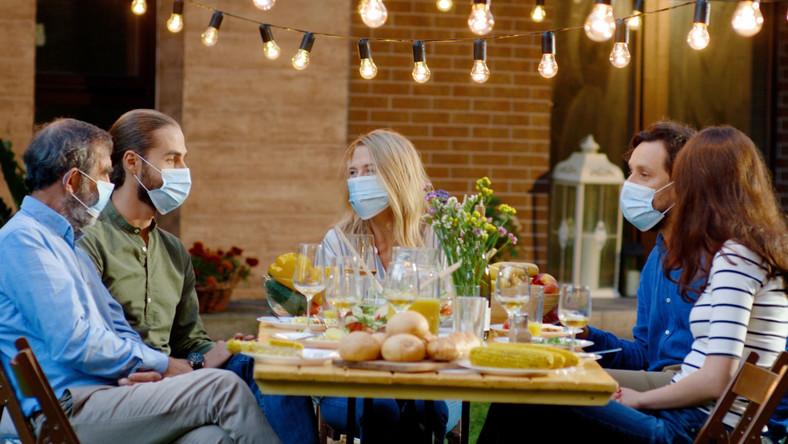 Posiłek w restauracji, pandemia, maseczki