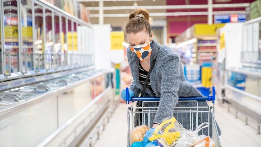 Zakupy w czasie pandemii. Kupujemy więcej sera, wina, płynów do kąpieli i wibratorów