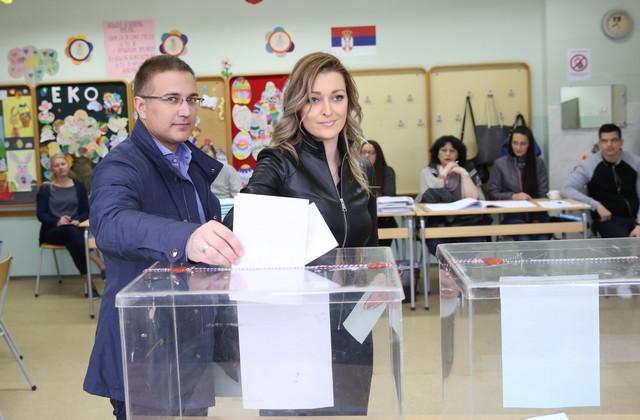 Nebojša Stefanović glasao sa suprugom Anom