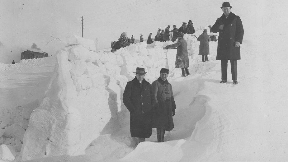 Budowa wału z bloków śnieżnych, który ma służyć jako ochrona przed nawiewaniem śniegu na tory kolejowe, zima 1929