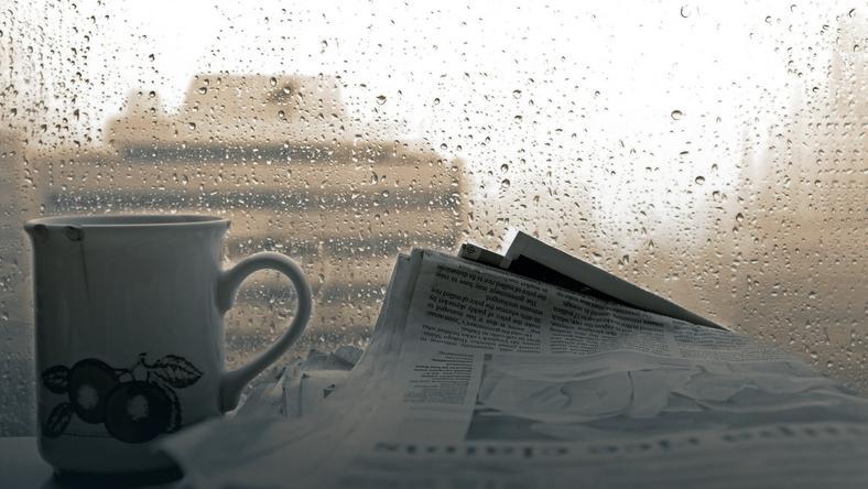 Do mycia okien nie nadają się błyszczące kolorowe magazyny i ulotki, ale stare czarno-białe dzienniki