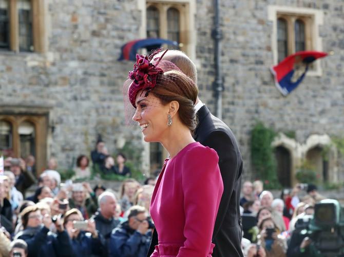 Vetar ispred crkve PODIGAO HALJINU Kejt Midlton: SEVNULO JE SVE ono što kraljica najviše mrzi