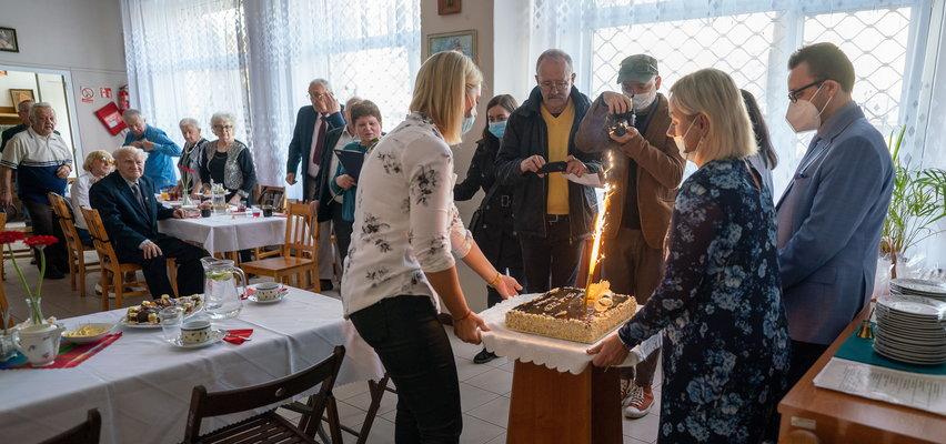 Tort na urodziny domu seniora Zacisze w Łodzi. Od 35 lat tu jest jak w rodzinie. Sam zobacz