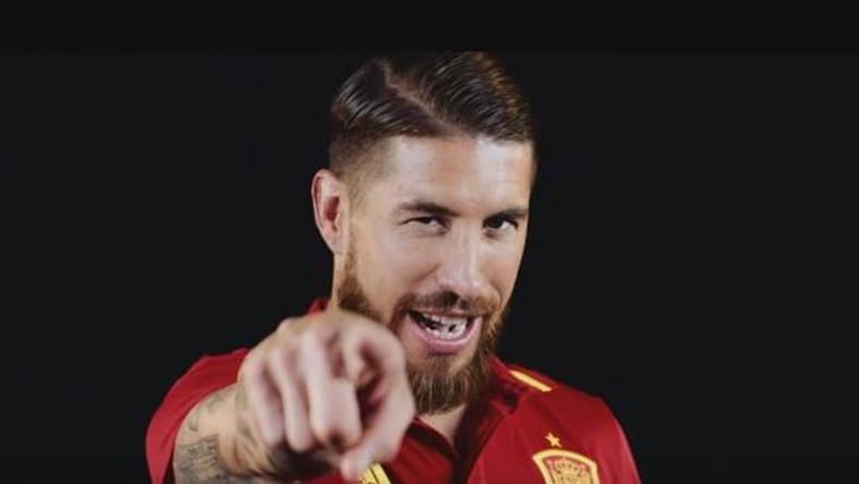 """O tym, że śpiewać każdy może przekonuje nam gwiazdor hiszpańskiej reprezentacji Sergio Ramos. W klipie refren """"la la la la la la la"""" śpiewają wszyscy piłkarze. Za numer odpowiada producent RedOne, który współpracował między innymi z Lady GaGą. Uwaga - numer wchodzi w głowę. W tekście jest sporo o nadziei, o tym że warto wznieść puchar, że śpiewamy gol gol gol. Hit jak się patrzy."""