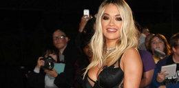 Rita Ora w... obrusie na imprezie? Co to za strój?