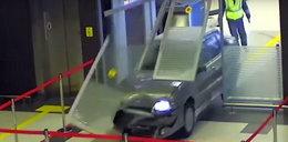 Chwile grozy przed świętami. Wjechał autem na lotnisko!