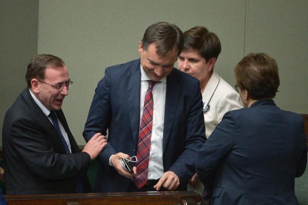 Wicepremier Beata Szydło, minister sprawiedliwości, prokurator generalny Zbigniew Ziobro oraz koordynator sluzb specjalnych Mariusz Kamiński na sali plenarnej