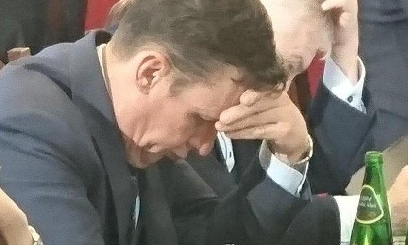 To poseł PiS oglądał w czasie prac jego komisji. Winna opozycja!