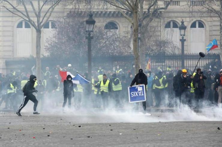 Pariz protest AP