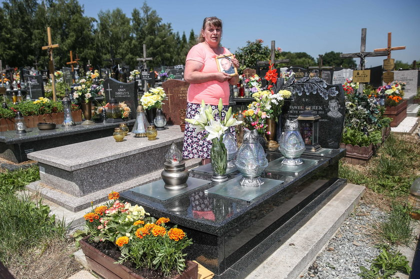 Krystyna Nowak na grobie syna