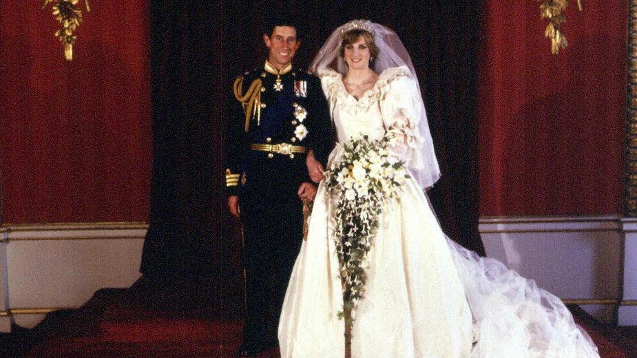 Zdjęcie z 29 lipca 1981 r. przedstawiające Księcia i Księżną Walii w Pałacu Buckingham, po ceremonii ślubnej w Katedrze Św.