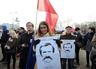 Demonstracja KOD-u: Uczestnicy ze zdjęciami Wałęsy i naklejkami 'Jestem Bolkiem'