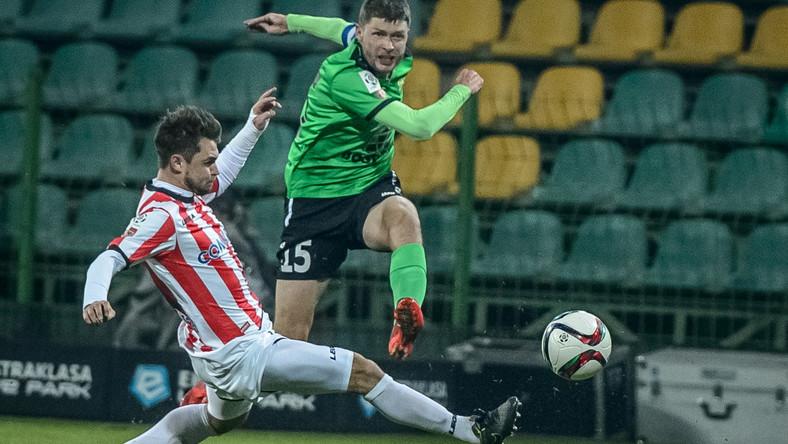 Zawodnik KGHM Zagłębie Lubin Grzegorz Bonin (P) z walczy o piłkę z Hubertem Wołąkiewiczem (L) z Cracovii