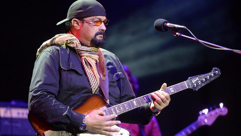 """Steven Seagal w Warszawie już występował. Był gwiazdąWarsaw Summer Jazz Days w 2009 roku. Przyjechał wówczas ze swojągrupą Thunderbox. Mistrz kungfu, aikido i karate, znany z kaskaderskich popisów w filmach akcji gra teżna gitarze, komponuje i pisze teksty. Na koncie ma dwa albumy """"Songs from the Crystal Cave"""" (2005) i """"Mojo Priest"""" (2006)"""
